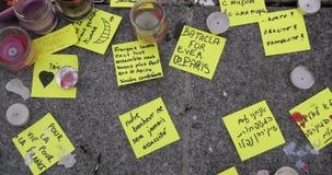 Los mensajes en idiomas diversas acercan a la estatua después de los ataques de París almacen de video