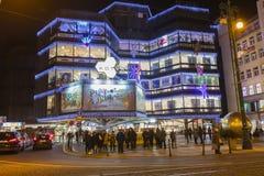 Los mercados de la Navidad delante de un centro comercial adornado grande Kotva en Praga en la república ajustan Fotos de archivo libres de regalías