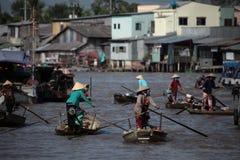 Los mercados flotantes en Vietnam el Mekong foto de archivo libre de regalías