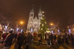 2017 - Los mercados tradicionales de la Navidad en la paz ajustan Namesti Miru delante de la iglesia de StLudmila imagen de archivo