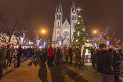 2017 - Los mercados tradicionales de la Navidad en la paz ajustan Namesti Miru delante de la iglesia de StLudmila foto de archivo