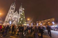 2017 - Los mercados tradicionales de la Navidad en la paz ajustan Namesti Miru delante de la iglesia de StLudmila imagenes de archivo