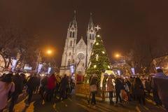 2017 - Los mercados tradicionales de la Navidad en la paz ajustan Namesti Miru delante de la iglesia de StLudmila foto de archivo libre de regalías