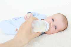 Los 2 meses lindos de bebé comen Imagen de archivo libre de regalías