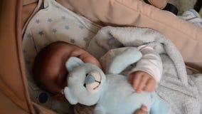 Los 3 meses lindos del bebé que hace caras divertidas en bebé llevan la choza metrajes