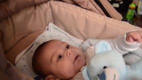 Los 3 meses lindos del bebé que hace caras divertidas en bebé llevan la choza almacen de video