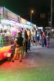 Los mexicanos están comiendo en un mercado callejero Imagenes de archivo