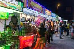 Los mexicanos están comiendo en un mercado callejero Imagen de archivo libre de regalías