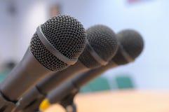 Los micrófonos se colocan en la sala de conferencias. Fotos de archivo libres de regalías
