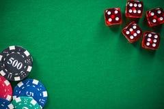 Los microprocesadores y el rojo del casino corta en cuadritos en el fieltro vacío verde imagen de archivo libre de regalías