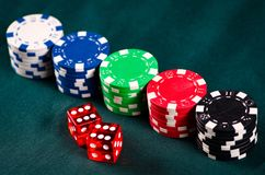 Los microprocesadores y las tarjetas en la tabla del casino foto de archivo libre de regalías