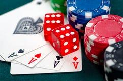Los microprocesadores y las tarjetas en la tabla del casino foto de archivo