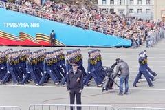 Los midshipmans rusos de la mujer marchan en el desfile en la victoria anual Foto de archivo