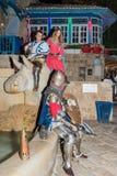 Los miembros de los caballeros de Jerusalén aporrean - dos caballeros y a una señora vestida en armadura tradicional y los trajes Fotografía de archivo