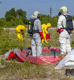 Los miembros de equipo de Hazmat han estado llevando los trajes protectores para protegerlos contra los materiales peligrosos Haz imagen de archivo libre de regalías