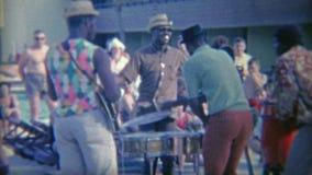 1956: Los miembros de la banda tienen una danza informal apagado delante de la muchedumbre Miami, la Florida metrajes