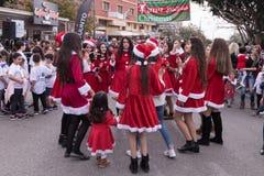 Los miembros del grupo de ayuda vestidos como Santa Claus entretienen a participantes y los visitantes del ` anual Cristmas de la Imagen de archivo libre de regalías