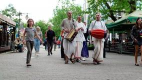 Los miembros del grupo de tendencias religiosas dentro del Vaishnavism, gente de Krishna de las liebres van al Krishna adorado ci almacen de video