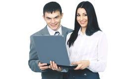 Los miembros del negocio combinan con un ordenador portátil abierto en un fondo blanco Fotografía de archivo