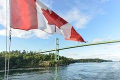 Los mil puentes de las islas y la bandera canadiense Fotos de archivo