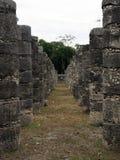 Los mil templos de las columnas de Chichen Itza imagenes de archivo