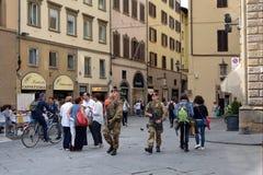 Los militares armados patrullan en Florencia - Italia Fotografía de archivo libre de regalías
