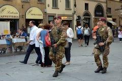 Los militares armados patrullan en Florencia - Italia Imagen de archivo libre de regalías