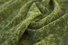Los militares arrugaron la tela del camuflaje Foto de archivo