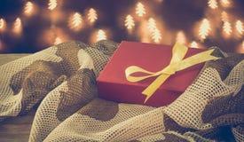 Los militares camuflan la caja de regalo de la tela el día de la Navidad Foto de archivo libre de regalías