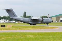 Los militares de Airbus A400 transportan el aeroplano Foto de archivo
