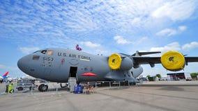 Los militares del C-17 Globemaster III del U.S.A.F. Boeing transportan los aviones en la exhibición estática en Singapur Airshow Fotos de archivo libres de regalías