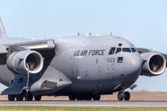 Los militares del U.S.A.F. Boeing C-17A Globemaster III de la fuerza aérea de Estados Unidos transportan los aviones 05-5153 de l fotografía de archivo libre de regalías