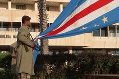 Los militares guardan aumentos la bandera nacional imagen de archivo