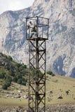 Los militares miran la torre en montañas cerca de Khardankan Imágenes de archivo libres de regalías