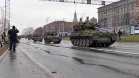 Los militares nacionales letones de las fuerzas armadas de arma transportan metrajes