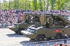 Los militares rusos transportan en el desfile en Victory Day anual, Foto de archivo