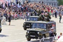 Los militares rusos transportan en el desfile en Victory Day anual, Imagen de archivo