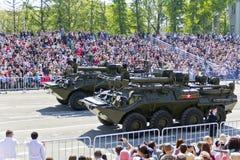 Los militares rusos transportan en el desfile en Victory Day anual, Foto de archivo libre de regalías