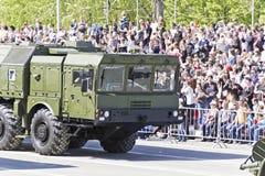 Los militares rusos transportan en el desfile en Victory Day anual, Fotos de archivo