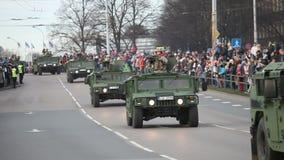 Los militares transportan en calles de la ciudad metrajes