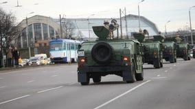 Los militares transportan en calles de la ciudad