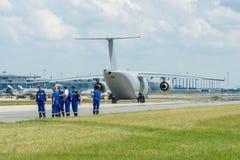 Los militares transportan los aviones Antonov An-178 en la pista de rodaje Imagenes de archivo