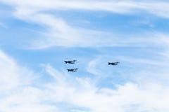 Los militares transportan los aviones en las nubes blancas Imagen de archivo