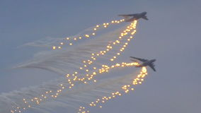 Los militares transportan los aviones en vuelo almacen de metraje de vídeo
