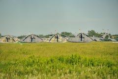 Los militares transportan los helicópteros en el estacionamiento del campo de aviación Imágenes de archivo libres de regalías
