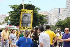 Los millares de brasileños van a las calles a protestar contra corazón Foto de archivo