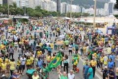 Los millares de brasileños van a las calles a protestar contra corazón Imagen de archivo