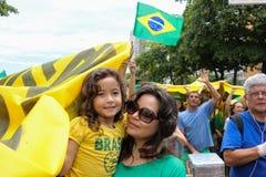 Los millares de brasileños van a las calles a protestar contra corazón Imagen de archivo libre de regalías