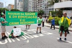 Los millares de brasileños van a las calles a protestar contra corazón Imagenes de archivo