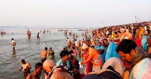Los millares de gente vienen al agua santa Imágenes de archivo libres de regalías
